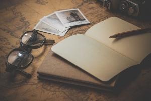 本とコンパスとメガネ