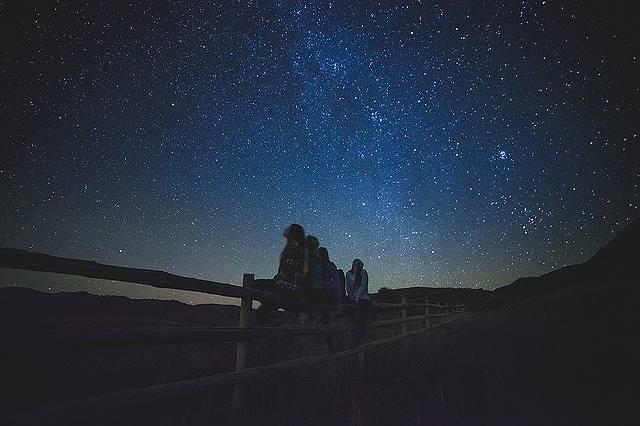 銀河を眺める少女たち